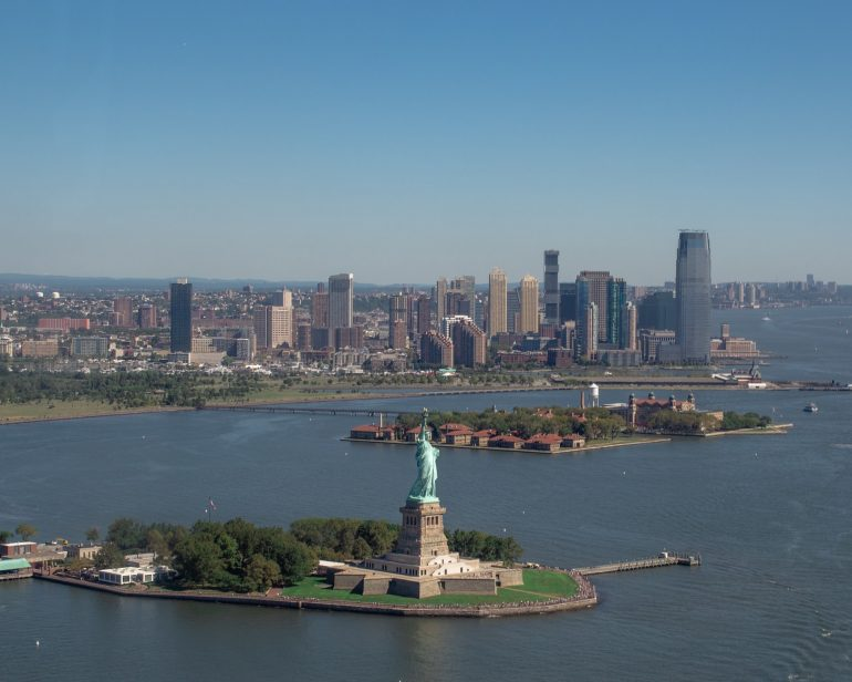 Statue of Liberty and Staten Island at the background - Organize a green move to Staten Island